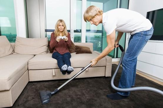 夫妻正用吸塵機去除家居致敏原