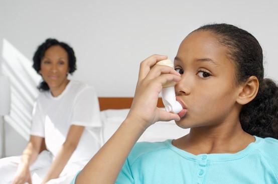 少女正在服用哮喘藥